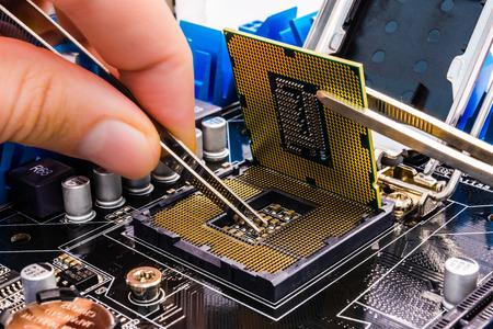ingeniero electrico: La reparación del equipo con dos herramientas Foto de archivo