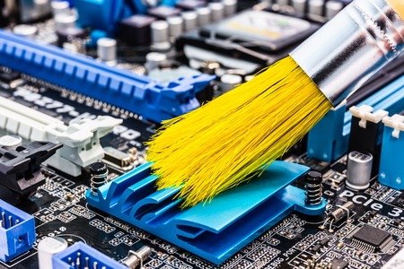 브러시로 컴퓨터 청소하기 스톡 콘텐츠