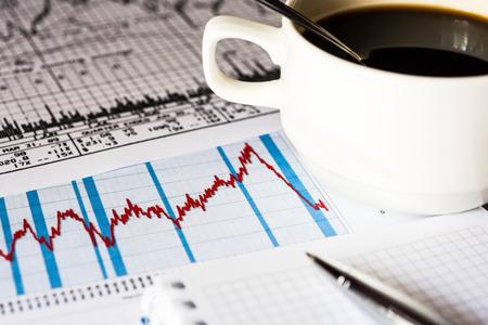 Börsencrash, Analyse Tasse des Kaffees Standard-Bild - 43047596