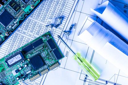 수리 깨진 된 컴퓨터, 테이블에 스크루 드라이버로 칩. 푸른 색조로 스톡 콘텐츠