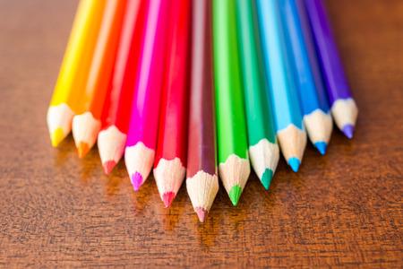 木製のテーブルに色鉛筆のピラミッド 写真素材