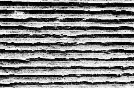 가로 줄무늬 콘크리트 벽입니다. 흑백 톤