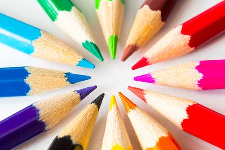 원 안에 색깔 된 연필,보기를 닫습니다. 스톡 콘텐츠