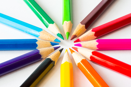 종이에 원 안에 색깔 된 연필입니다. 각도보기 스톡 콘텐츠