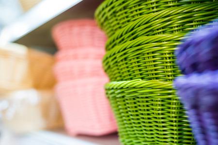 선반에 색깔 된 고리 버들 바구니 스톡 콘텐츠