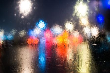밤에는 도시의 비오는 날, 차창에서 볼 수 있습니다. 스톡 콘텐츠