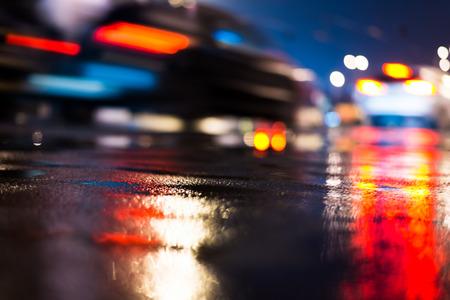 kropla deszczu: Deszczowy dzień w mieście w nocy, jazdy samochodów na ulicy. W niebieskich kolorach Zdjęcie Seryjne