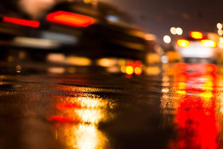 semaforo rojo: D�a de lluvia en la ciudad por la noche, conduciendo coches en la calle Foto de archivo