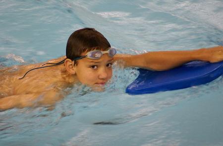 Boy swimmer with Kickboard                  Imagens