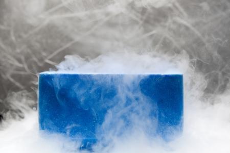 Envase con nitrógeno líquido en el laboratorio de bio bajo las luces del estudio