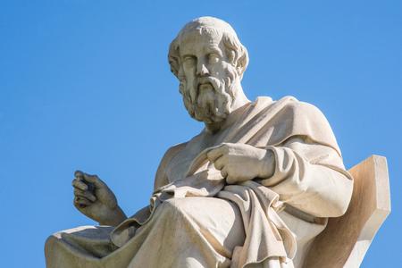 estatua del antiguo filósofo griego Platón en Atenas Foto de archivo