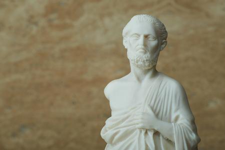 히포크라테스, 고 대 그리스 의사의 동상입니다.