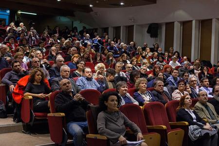 ALEXANDROUPOLIS, GRIEKENLAND - FEBRUARI 11, 2018: Menigte die een muziekconferentie in een theater bijwoont.