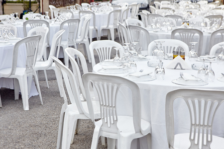 Plastic tables setting for an outdoor reception. Standard-Bild - 121627048