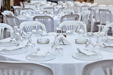 Plastic tables setting for an outdoor reception. Stock fotó - 121627007
