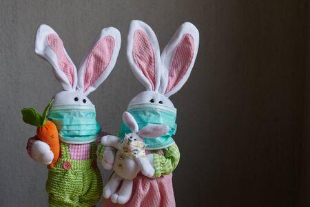 Easter family of rabbits wearing medical masks. Coronavirus. Standard-Bild