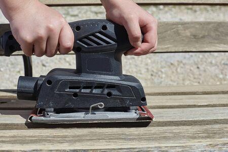 rubbing wood with a machine. Standard-Bild