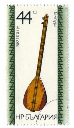 gitar: BULGARIA - CIRCA 1982: A stamp printed in BULGARIA shows image of the Bulgarian folk music instrument circa 1982.