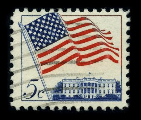 estrellas cinco puntas: Estados Unidos - CIRCA 1980: Un sello dedicado a la bandera nacional de los Estados Unidos de Am�rica se compone de trece franjas horizontales iguales de rojo, alternando con blanco, con un rect�ngulo azul en el cant�n teniendo cincuenta de estrellas de cinco puntas, blancas y peque�as de arra
