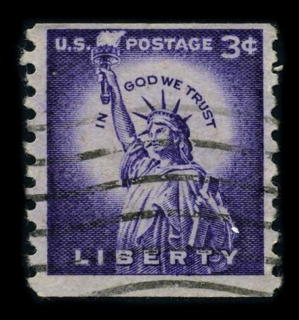 frederic: Estados Unidos-CIRCA 1954: un sello dedicado a la estatua de la libertad (la libertad iluminando el mundo [franc�s: la libertad eclairant le monde]) es una colosal escultura neocl�sica en la isla de la libertad en el puerto de Nueva York, dise�ado por Frederic Auguste Bartholdi y dedicado  Editorial