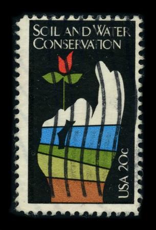 conservacion del agua: Estados Unidos - alrededor de 1950: Un sello impreso en Estados Unidos muestra im�genes de la dedicada a la tierra y la conservaci�n del agua alrededor de 1950.
