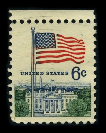 estrellas cinco puntas: Estados Unidos-CIRCA 1980:A sello dedicado a la bandera nacional de los Estados Unidos de Am�rica se compone de trece franjas horizontales iguales de rojo, alternando con blanco, con un rect�ngulo azul en el cant�n teniendo cincuenta estrellas de cinco puntas, blancas y peque�as organizar