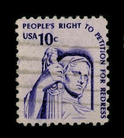 r image: Estados Unidos-alrededor de 1960:A sello impreso en Estados Unidos muestra la imagen del derecho de petici�n est� garantizado por la primera enmienda de la Constituci�n federal, que proh�be espec�ficamente a Congreso restrinja el derecho del pueblo... para pedir al Gobierno para un r Editorial