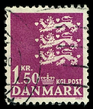 vergezeld: DENEMARKEN-CIRCA 1962: Een stempel gedrukt in DENEMARKEN shows beeld van de nationale wapen van Denemarken bestaat uit drie gekroonde blauwe leeuwen vergezeld door negen rode harten, alles in een gouden schild, circa 1962. Redactioneel