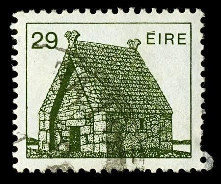 oratoria: IRLANDA-ALREDEDOR DE 1982: Un sello impreso en Irlanda muestra la imagen del Oratorio de San Macdara la isla, alrededor de 1982.