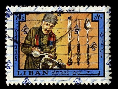 implement: Libano-CIRCA 1973: Un timbro stampato in Libano mostra l'immagine di posate si riferisce a qualsiasi mano implementare utilizzato nella preparazione, che serve, e soprattutto mangiare cibo nel mondo occidentale, circa 1973.
