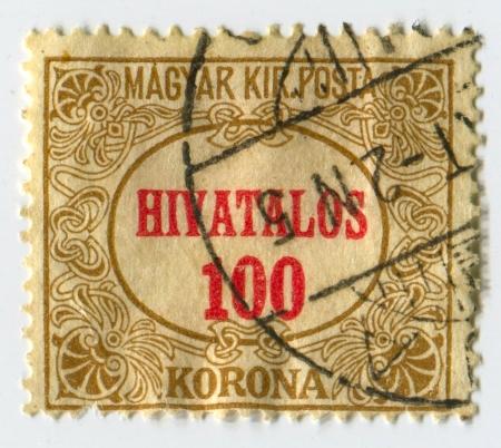 """declared: UNGHERIA - CIRCA 1922: Un timbro stampato in Ungheria mostrando telaio nouveau con la scritta """"Hivatalos"""" e il valore dichiarato in rosso, circa 1922."""