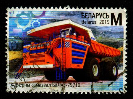 GOMEL, BIELORRUSIA, 1 DE FEBRERO DE 2017, sello impreso en Bielorrusia muestra la imagen del descargador BELAZ-75710, alrededor del año 2015.
