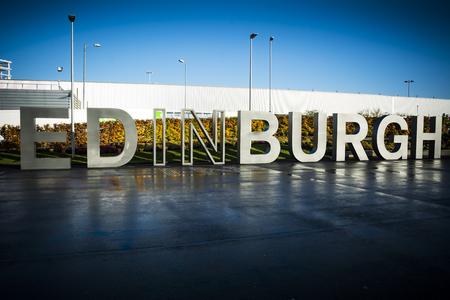 スコットランドの首都でエディンバラの看板が訪問者に挨拶
