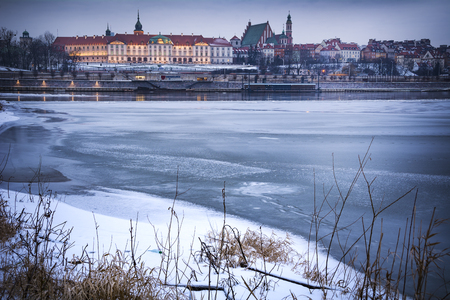 Warsaw old town viewed across the Vistula with snow and ice 免版税图像