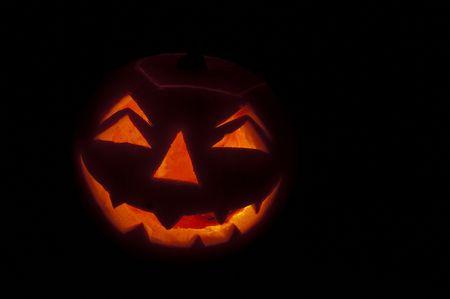 guy fawkes night: linterna de calabaza brillando en la oscuridad