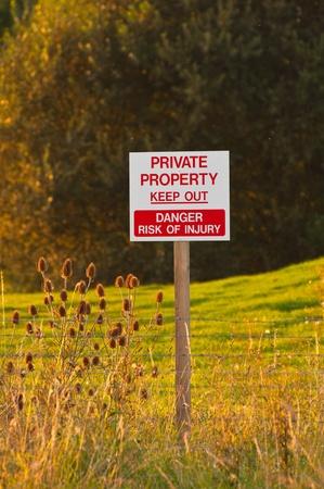 tresspass: vertical keep out sign