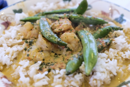 Prawn curry with rice and sugar snaps Stock Photo