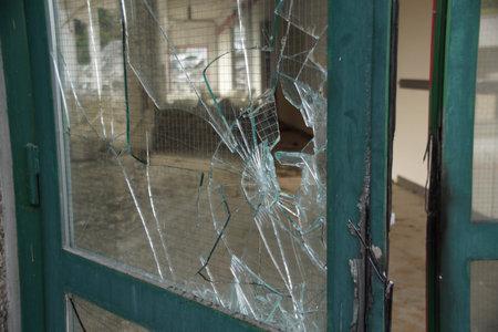 incursion: Porte de verre bris� avec cadre en m�tal vert