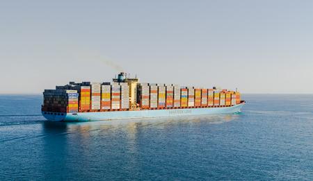 Canal de Suez, Égypte-5 novembre 2017: Ligne de Maersk Canal de Suez, coucher de soleil. GEORG MAERSK est immatriculé et navigue sous pavillon danois. Son tonnage et son jauge brute -98648 est de 115700.
