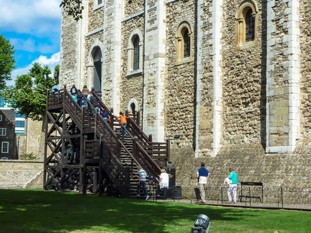 London, England – July 14, 2011: Tourists climbing the wooden stairs to the White Tower of London in a sunny day, famous place, international landmark, London, UK Редакционное
