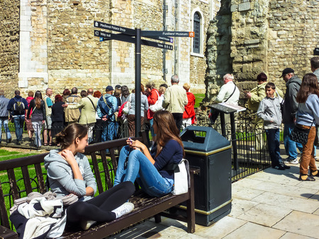 London, England – July 14, 2011: Many tourists visiting ancient White Tower of London and royal treasure vault in a sunny day. London, UK. Tower was built by William the Conqueror, provided accommodation for  king and his representatives, Great Britain Фото со стока - 122235704