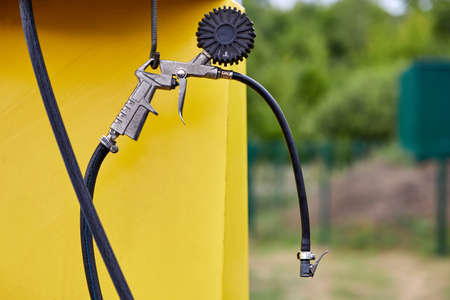 Pressure gauge and pistol of compressor unit for inflating tires at gas stations