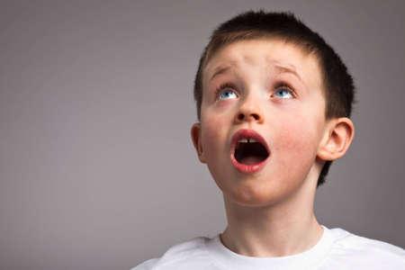 Little boy looking up in amazement Standard-Bild