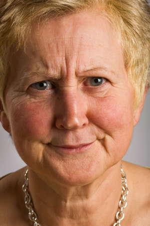 quizzical: Close-up de la mujer de mediana edad con el rostro de expresi�n quizzical