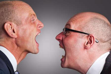 personas discutiendo: Dos hombres de negocios con un argumento Foto de archivo