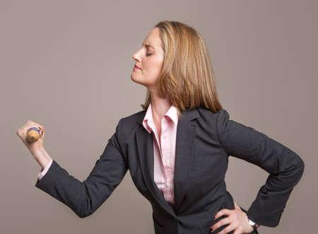 Una empresaria fuerte muestra su fuerza levantando un l�piz pesado  Foto de archivo - 6743470
