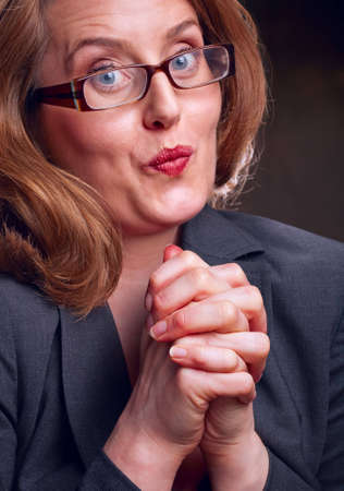suplicando: Retrato de empresaria establecida con las manos juntas