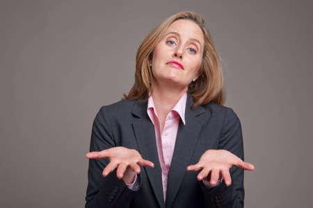 suplicando: Rog�ndole a manos de businesswomanwith extendidas en frente de su cuerpo  Foto de archivo