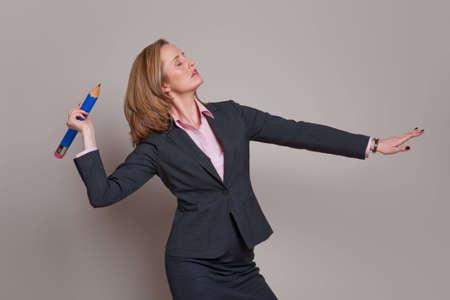 lanzamiento de jabalina: Empresaria lanzando un l�piz como una lanza o el lanzamiento de jabalina