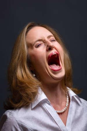 femme bouche ouverte: Portrait de femme à ouvrir la bouche comme si criant, chantant ou crier dans la douleur